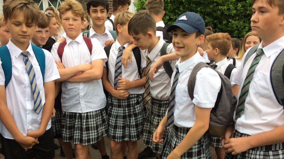 Estudiantes usan falda ante prohibición de usar shorts