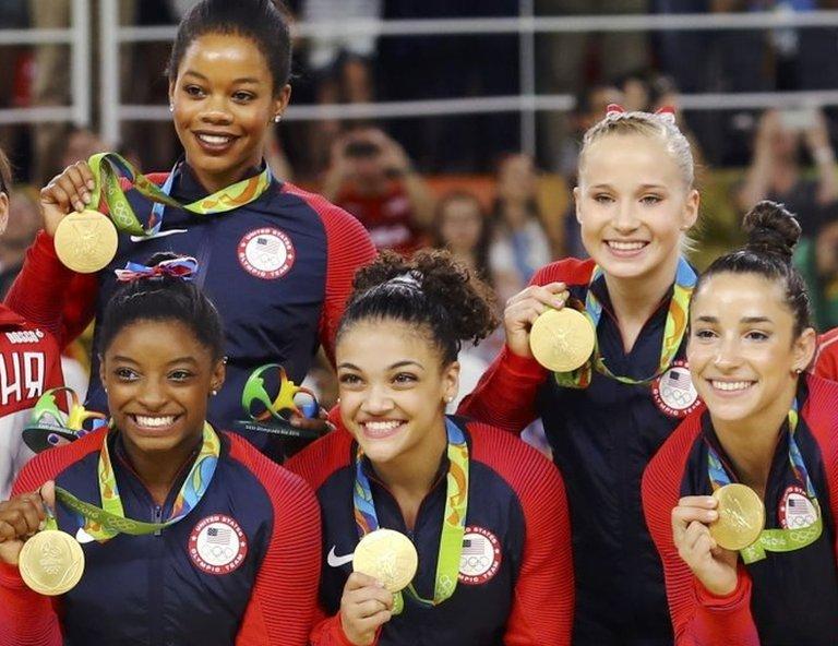 Simone Biles, Gabby Douglas, Laurie Hernandez, Madison Kocian, Alexandra Raisman, posan con sus medallas en los Juegos Olímpicos de Río de Janeiro.
