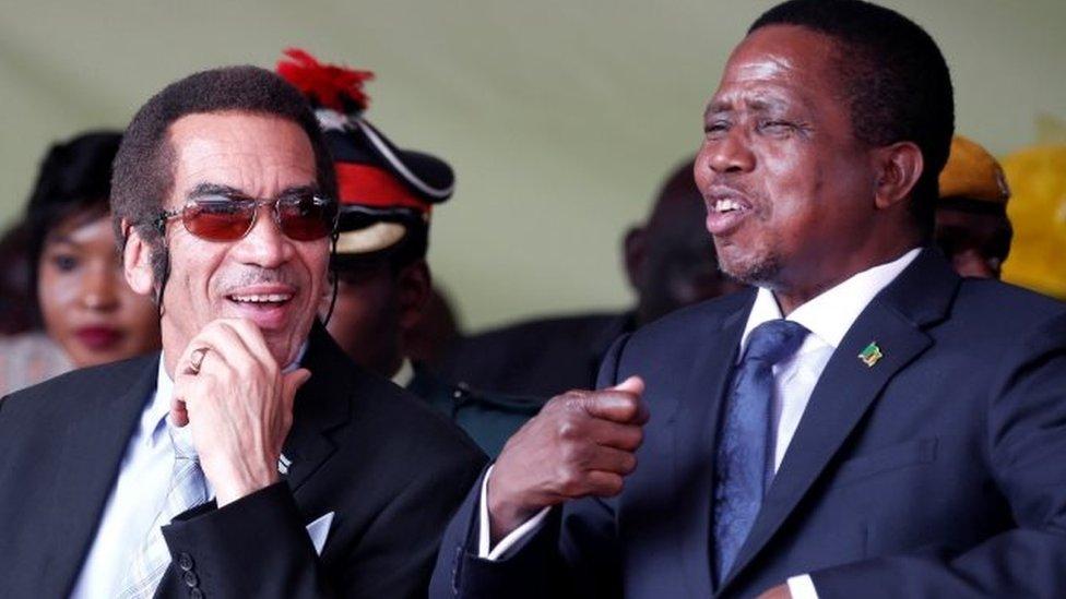 رئيس زامبيا إدغار لونغو (يمين)