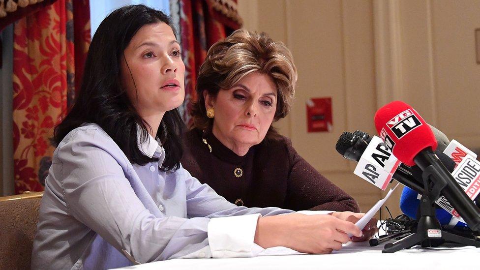 الممثلة مالثي في مؤتمر صحفي مع المحامية غلوريا ألريد التي تترافع عن عدد من النساء اللواتي يتهمن واينستين بالتحرش
