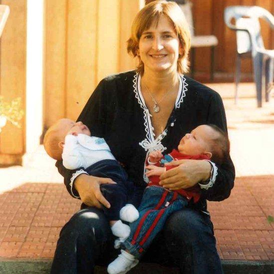 Paula con sus mellizos poco antes de su diagnótico de cáncer. (Crédito: Paula Sáenz)