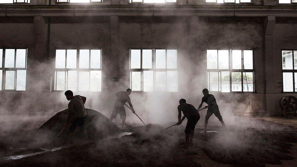 Las destilerías del pueblo de Moutai producen más de la mitad del baijiu del país. (Foto: Kevin Frayer)