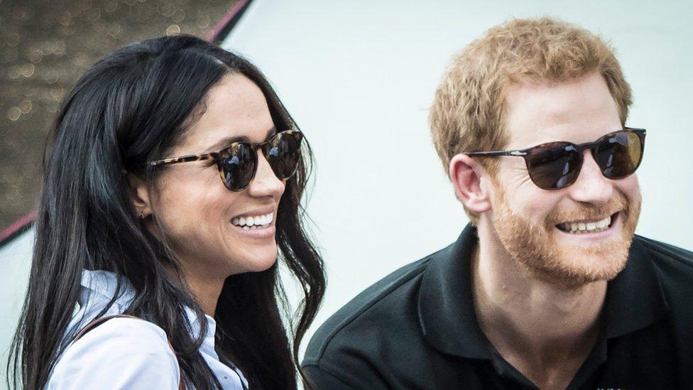 El príncipe Harry, nieto de la reina Isabel II, y la actriz estadounidense Meghan Markle.