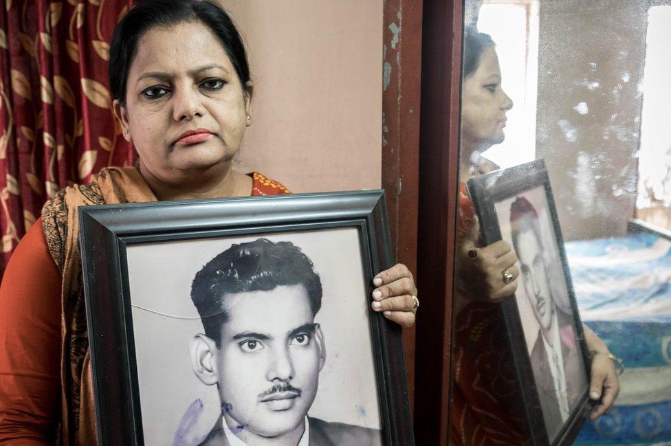 Suraya Parveen con una foto de su padre (Foto: Amirul Rajiv)