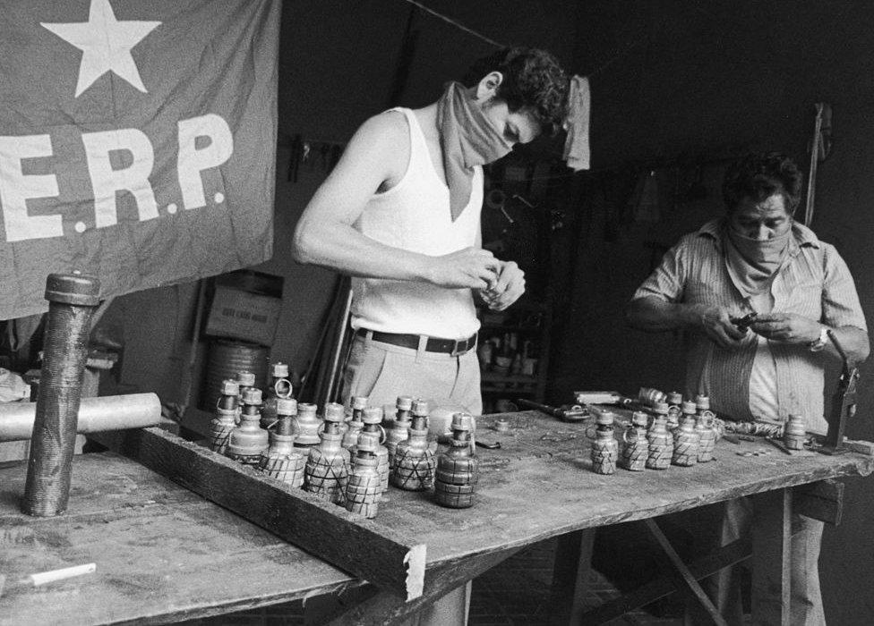 Guerrilleros haces granadas en San Miguel, El Salvador, durante la guerra civil.