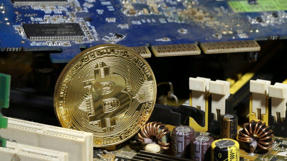 Miles de computadoras se dedican a la minería de bitcoins.