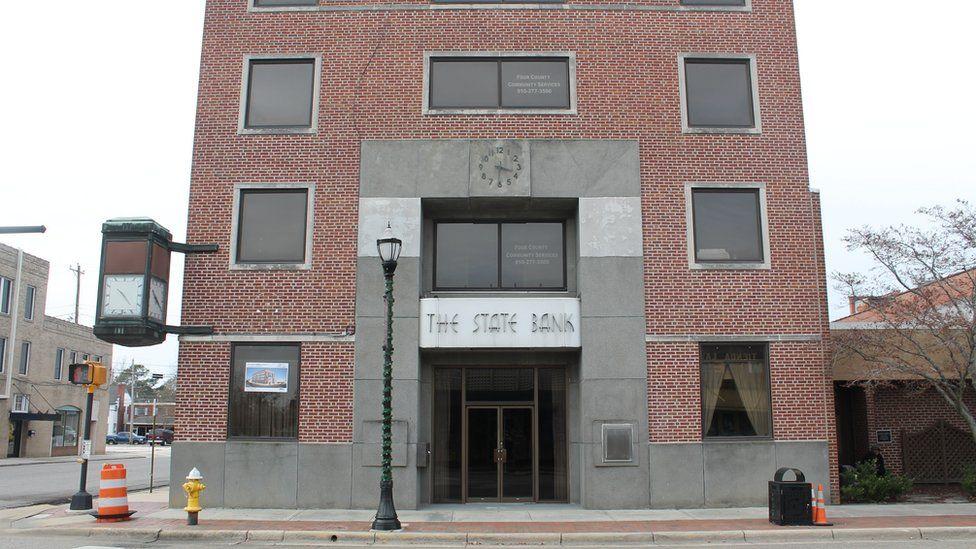 Imagen del edificio de ladrillo rojo.