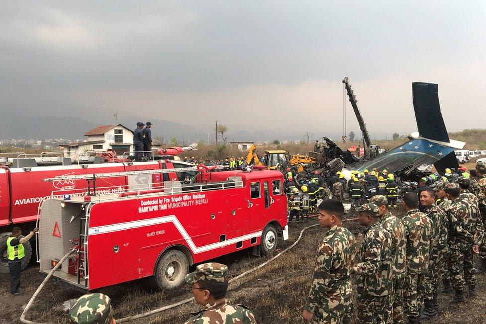 المطافئ تحاول إطفاء النيران المشتعلة في الطائرة8