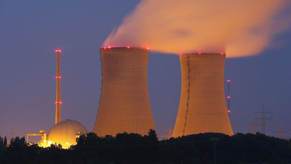 El descubrimiento de la fisión nuclear derivó en el desarrollo de la energía y las armas nucleares.