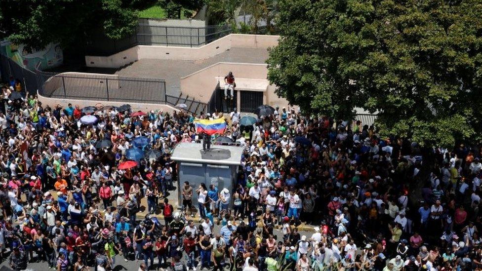 Los partidarios de la oposición se reúnen durante un plebiscito no oficial contra el gobierno del presidente Nicolás Maduro y su plan para reescribir la Constitución, en Caracas, Venezuela, 16 de julio de 2017.