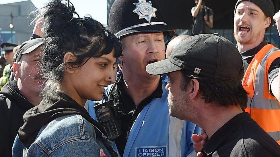 Saffiyah Khan sonrie a un manifestante de la Liga de Defensa Inglesa (EDL en inglés)