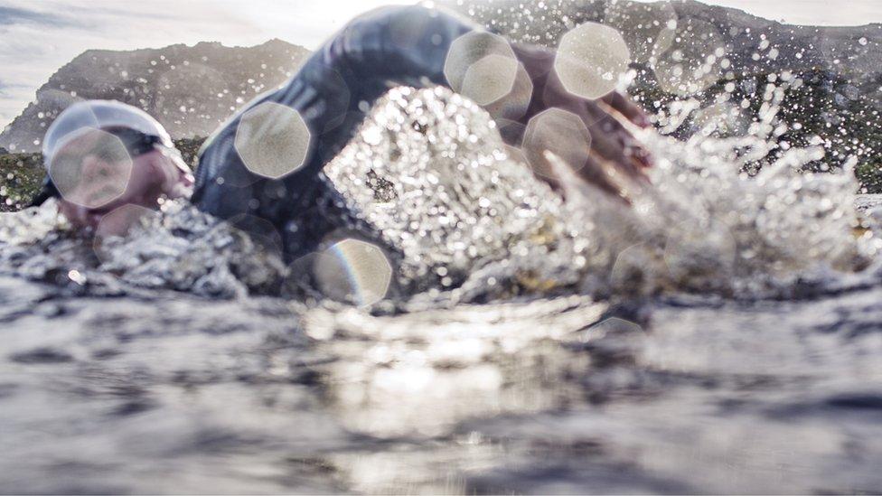 شخص يسبح في المياه الباردة