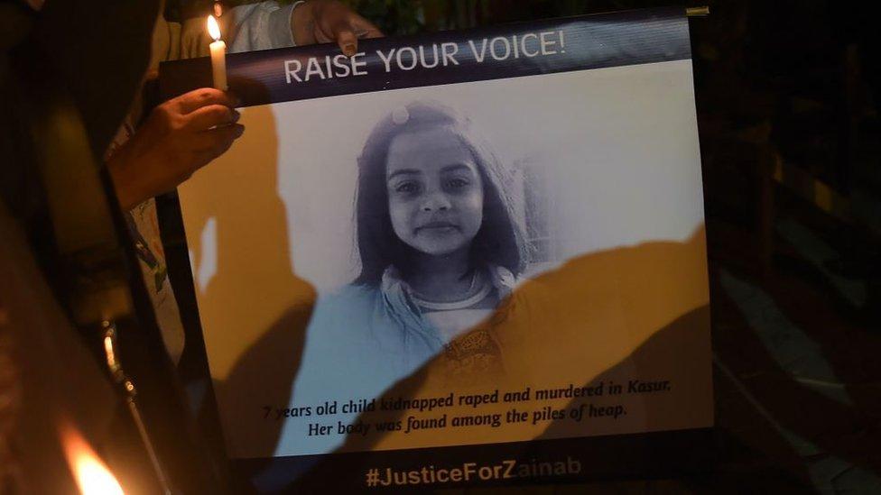 Jasad Zainab ditemukan di tempat pembuangan sampah di pinggiran kota Kasur, Pakistan, setelah sebelumnya diperkosa dan dicekik hingga tewas oleh pelakunya.
