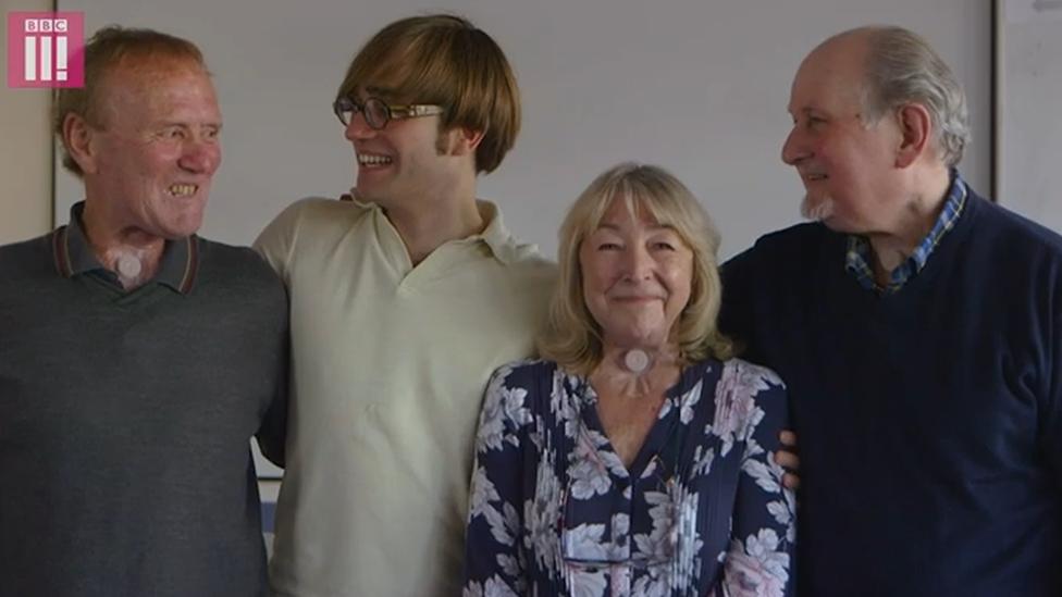 El doctor Thomas Moore y tres miembros de su coro Shout at cancer, formado por pacientes que pasaron por una laringectomía.