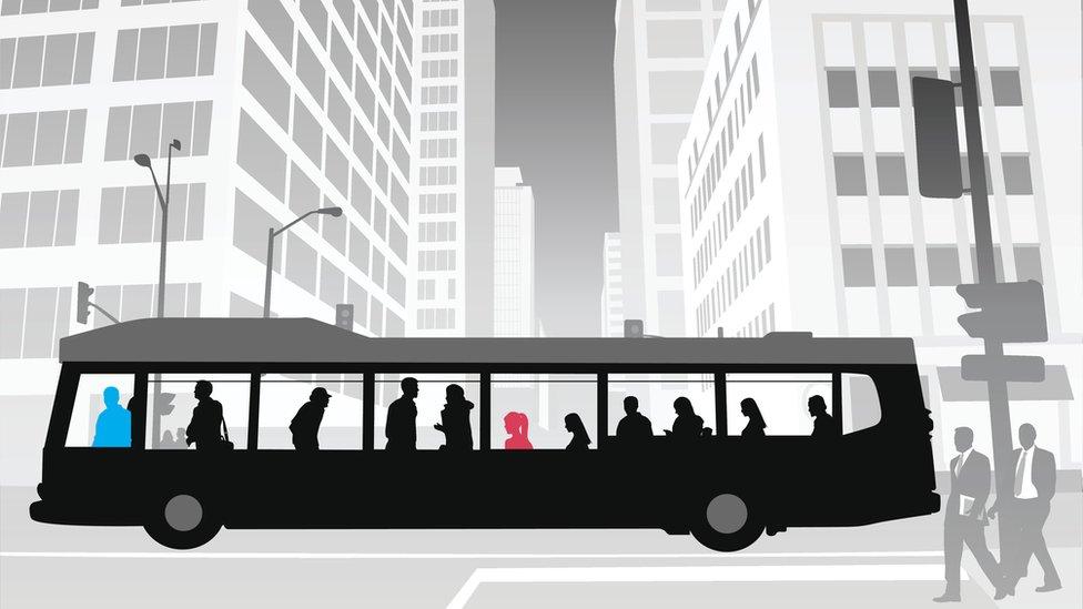 Ilustración de un autobús con pasajeros (Imagen: iStock/BBC)