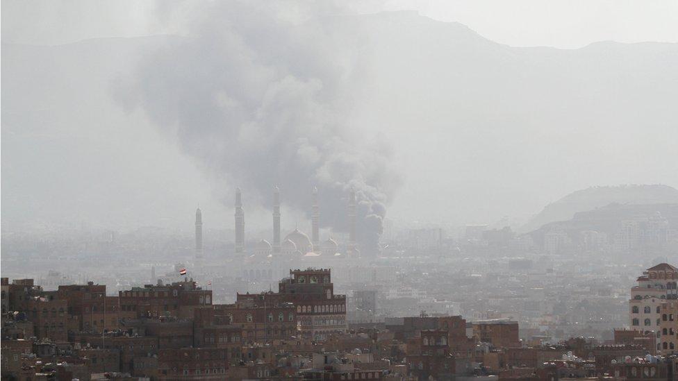 سحب الدخان فوق صنعاء جراء اشتباكات بين قوات صالح والحوثيين