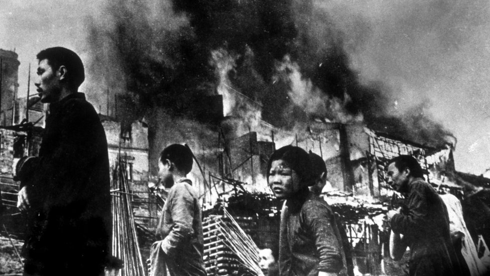 圖為1937年元旦被日軍轟炸後的重慶街頭難民