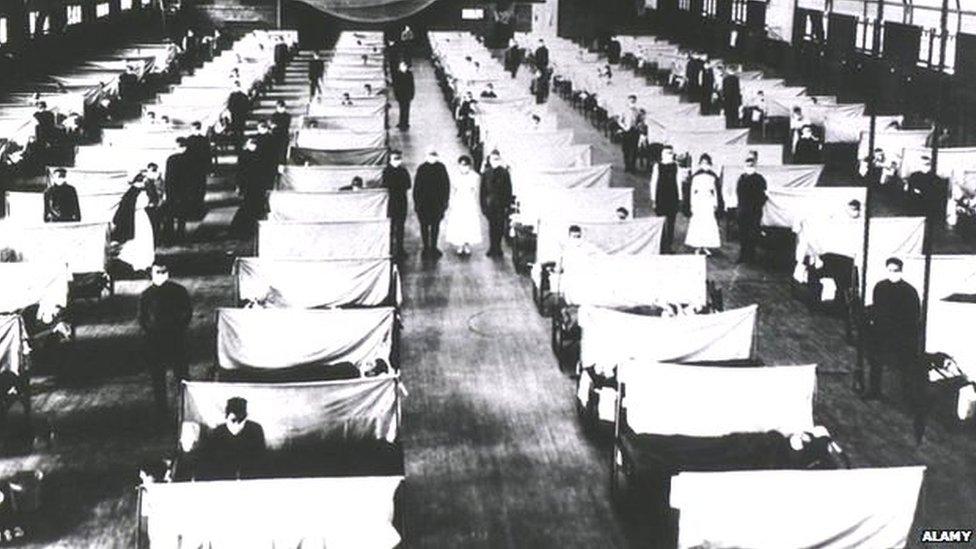 Gimnasio en EE.UU. convertido en hospital.