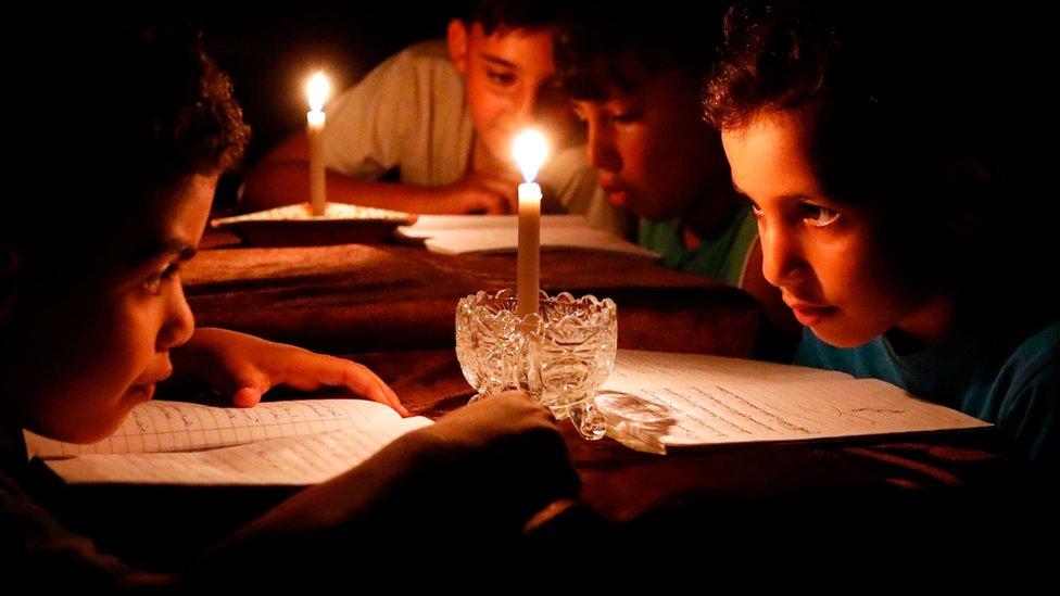 Anak-anak Palestina belajar dengan lilin karena krisis energi di Gaza.