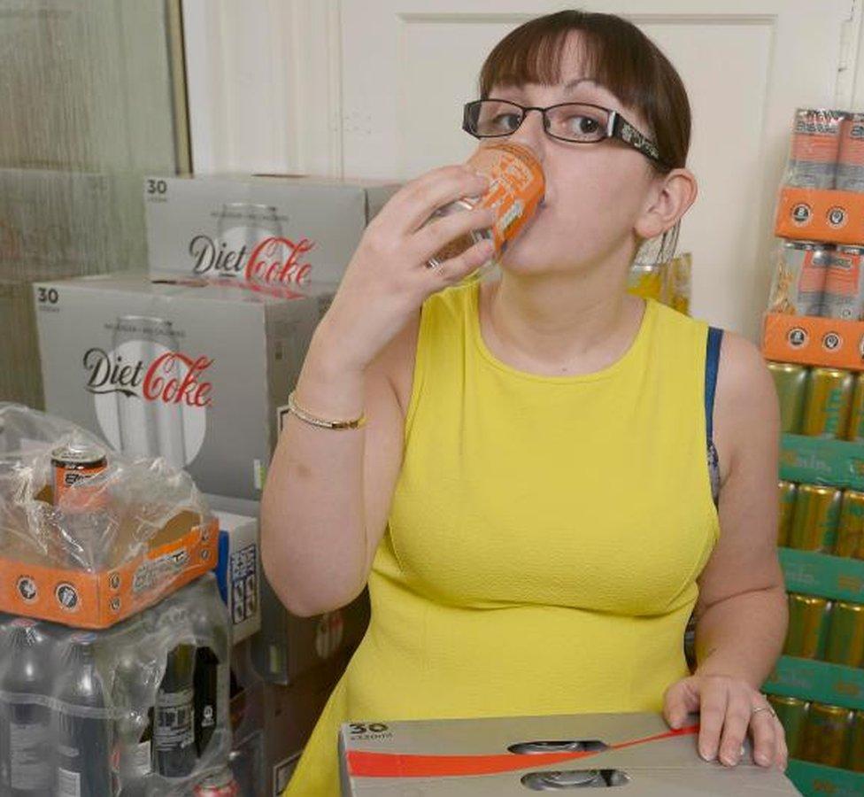 Emma Forrest bebiendo de una lata. (Foto de Neil Hanna/Platform Press/BBC Scotland)