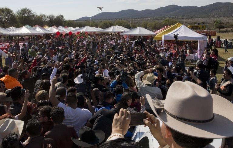 أعداد كبيرة من المصورين والحاضرين