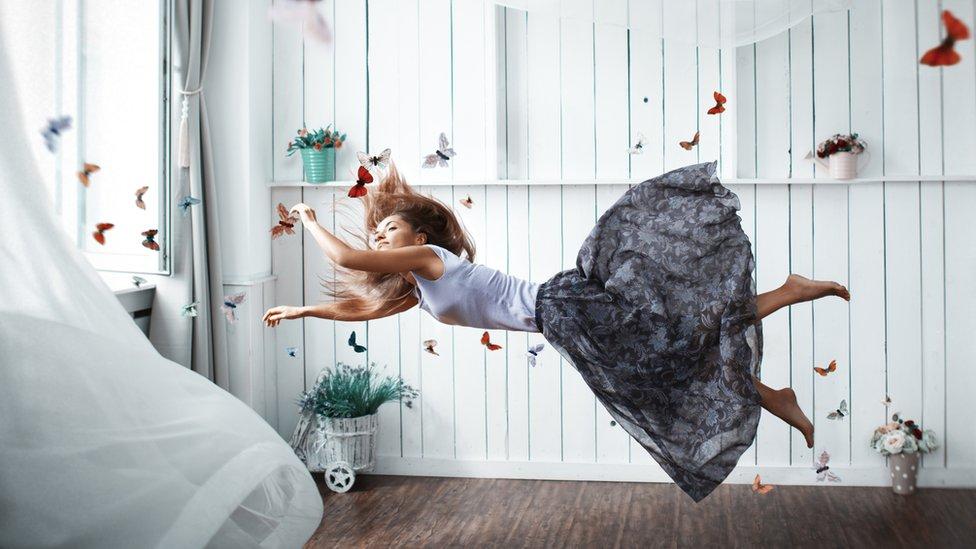 Mujer flotando en el aire