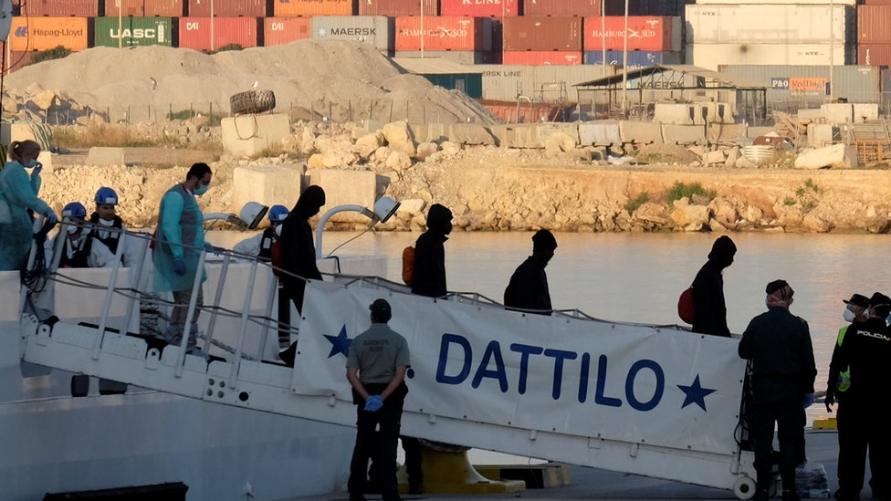 Aquarius in Valencia: Spain welcomes migrants from disputed ship