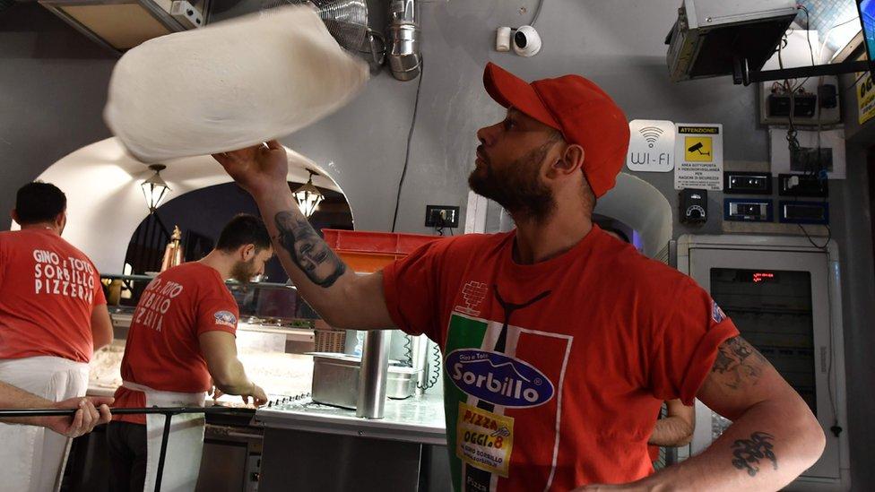Піцайоло із Неаполя готує піцу