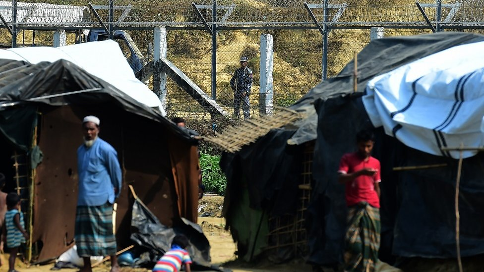 رجل أمن من ميانمار يراقب الحدود مع بنغلاديش