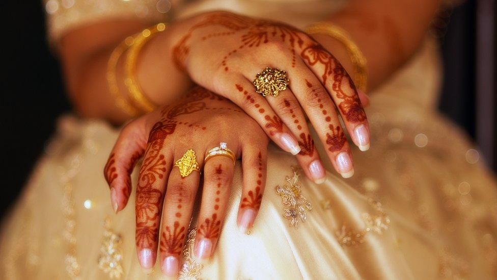Triple talaq: India court bans Islamic instant divorce