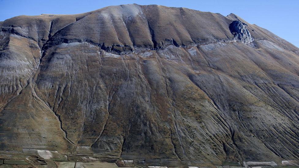 Fisura en una ladera debido al terremoto