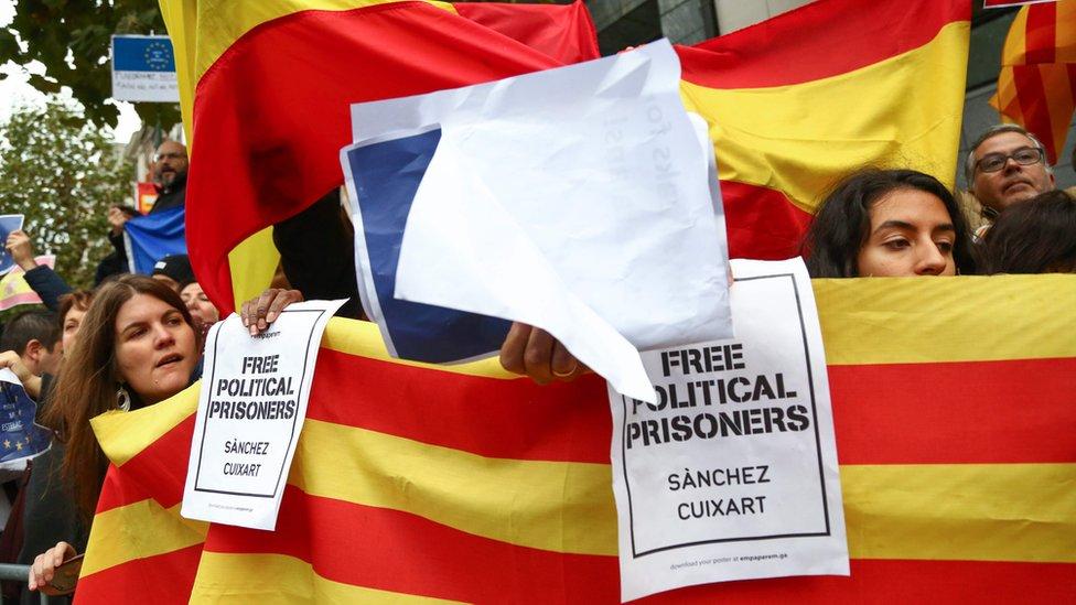 متظاهرون من كلا الجانبين تجمعوا خارج مقر بوجديمون في بلجيكا أثناء كلمته