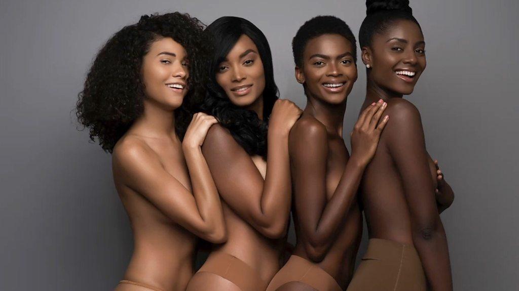 Por qué la ropa color carne es un problema para las mujeres de tez oscura