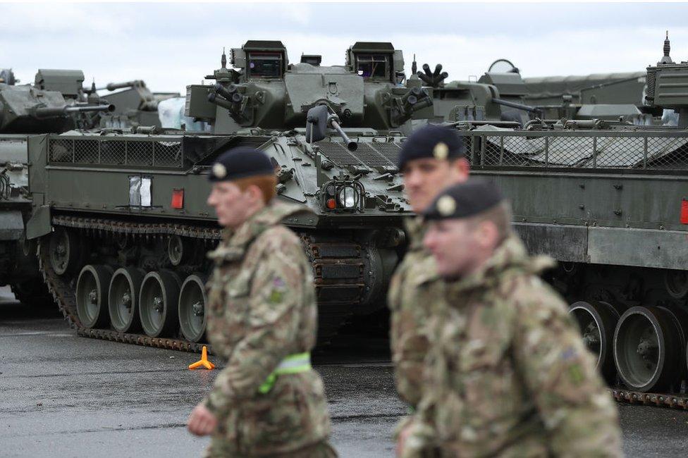 Militares británicos y tanques en Estonia.