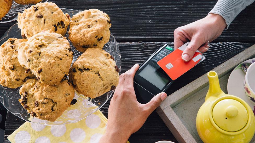 Una tarjeta de débito con un presupuesto limitado es la herramienta más útil para evitar caer en excesos, dice el experto.