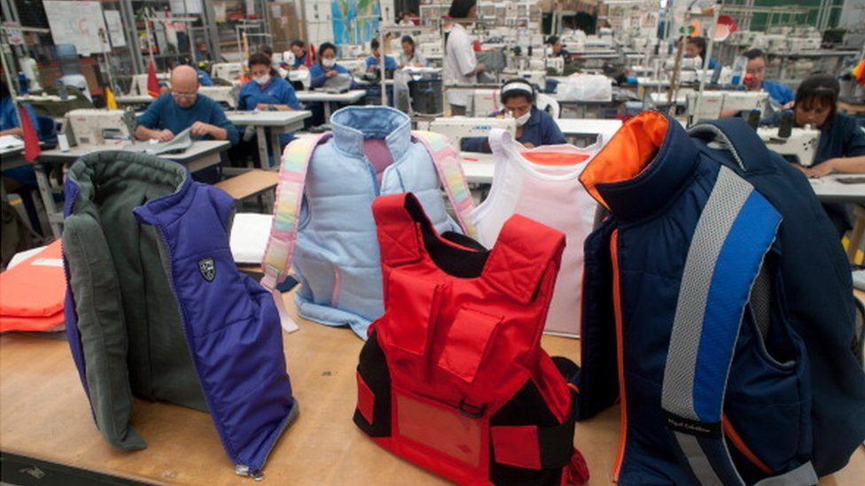 mochilas y chalecos antibalas para niños.