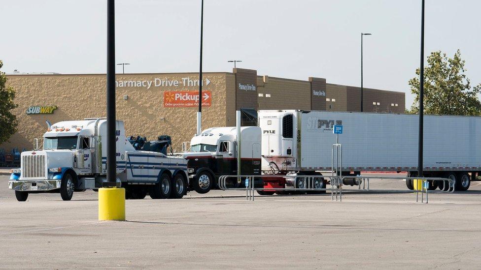 Camión frente al Walmart