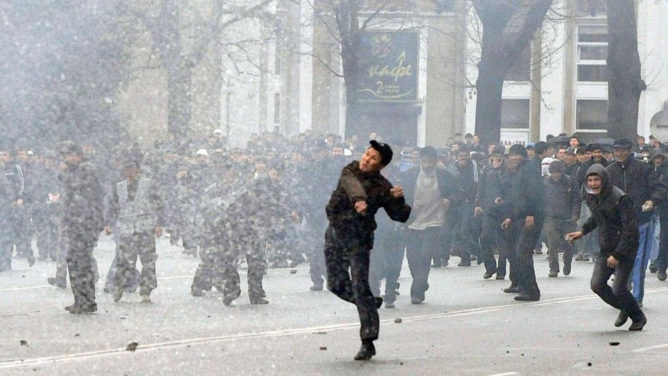 Algunos sostienen que los disturbios que condujeron al derrocamiento violento del presidente kirguís Kurmanbek Bakiyev en abril de 2010 se debían a la crisis de energía,