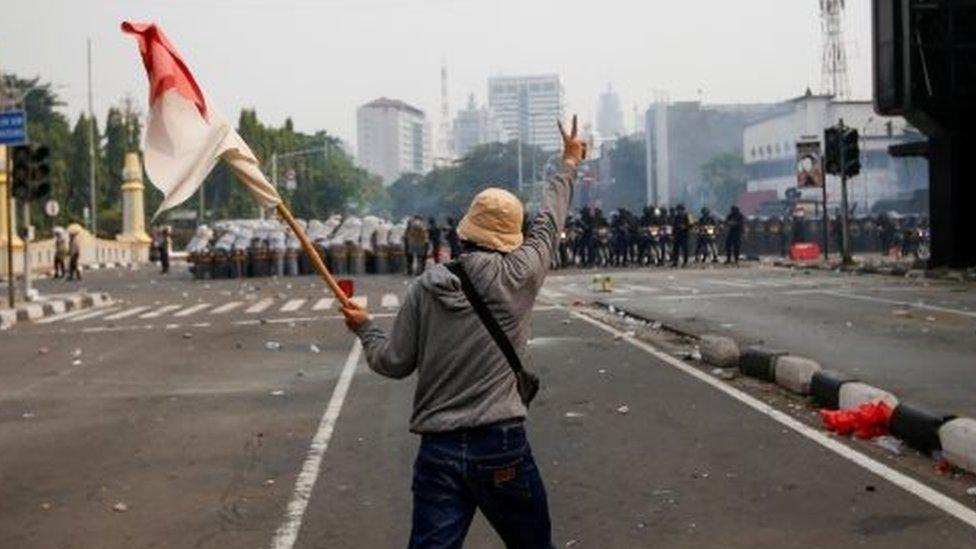 Omnibus Law Jokowi Persilakan Penolak Uu Cipta Kerja Gugat Ke Mk Setelah Demonstrasi Besar Di Berbagai Kota Bbc News Indonesia