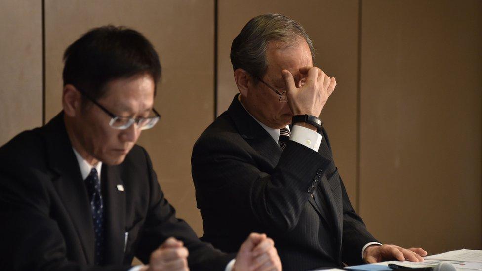El presidente de Toshiba Satoshi Tsunakawa (derecha) enfrenta un terrible problema financiero con su empresa.