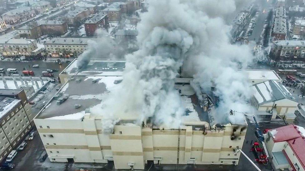 El incendio se desató en el cuarto piso e hizo colapsar el techo.