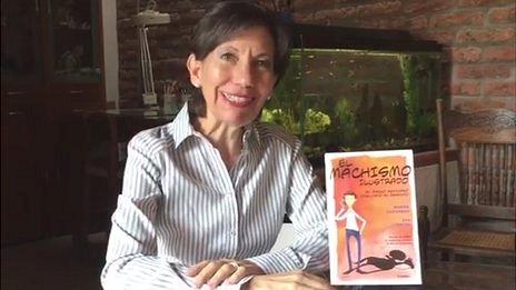 """Eva Lobatón junto al libro """"El machismo invisible""""."""