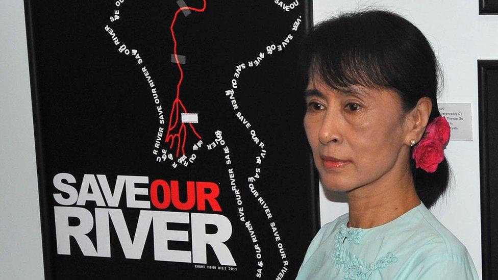 緬甸國務資政昂山素季與反對興建密松大壩的海報合照