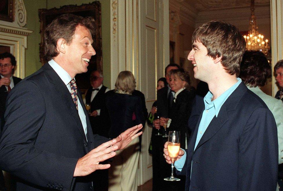 El primer ministro Tony Blair y el cantante de Oasis Noel Gallagher en julio de 1997
