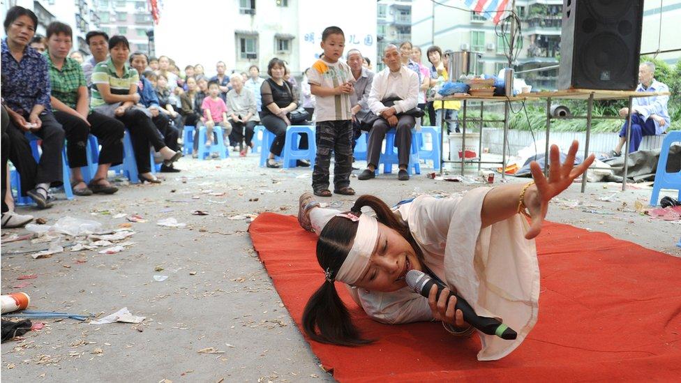 Una actriz profesional contratada para un funeral en China.