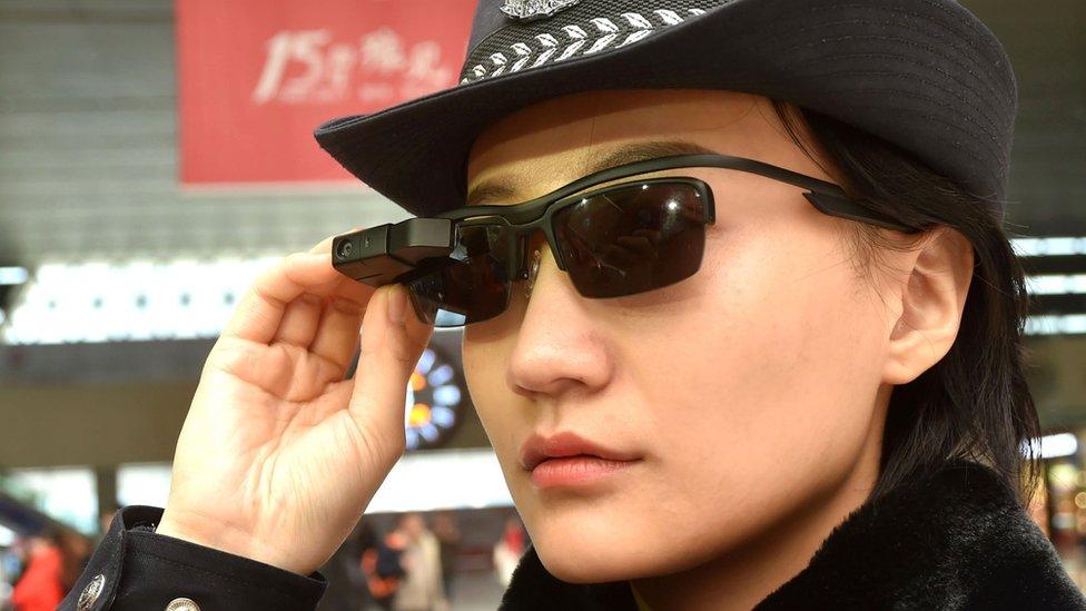 policía con gafas inteligentes