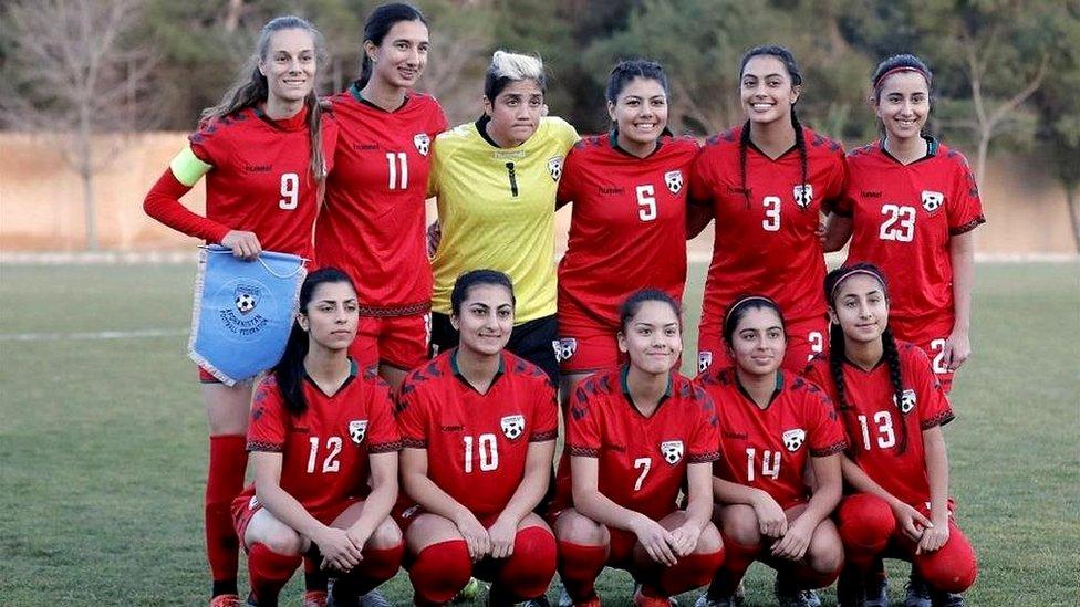 فدراسیون فوتبال افغانستان به خاطر پوشش زنان فوتبالیست عذرخواهی کرد