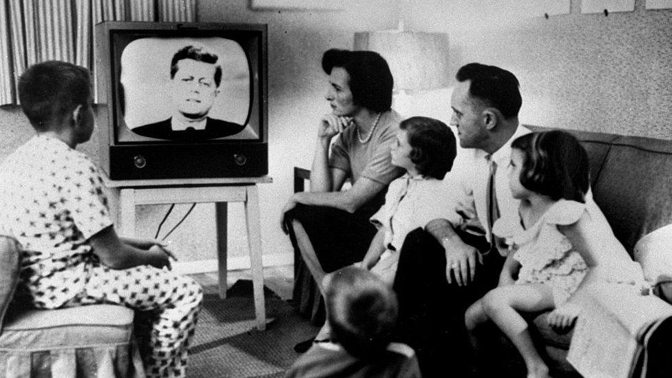 La televisión a la carta y en streaming han dejado obsoletas escenas como esta.