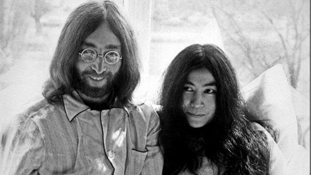 جون لينون مع يوكو أونو في نيويورك في عام 1969، قبل أن يقتل في عام