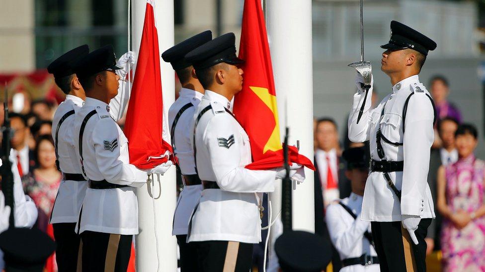 Izada de las banderas en la ceremonia del 20 aniversario de la entrega de Hong Kong , 1 de julio de 2017